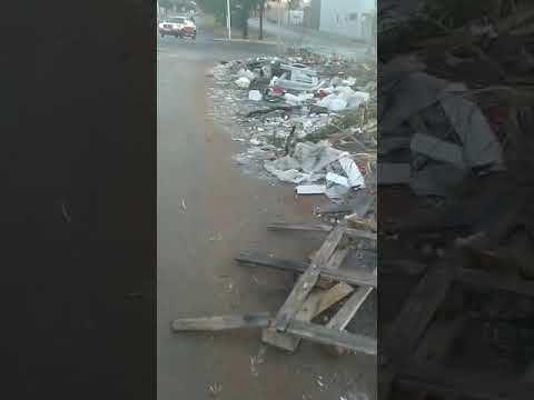 Moradora do Parque Ribeirão Preto reclama de lixo e entulho em avenida