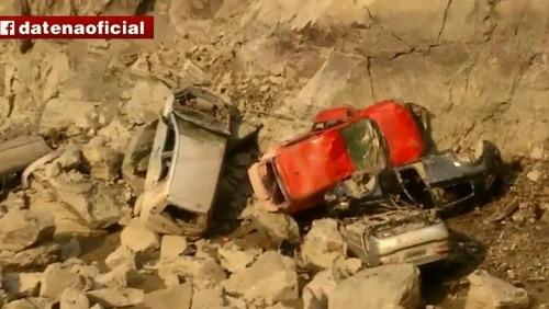 Carros surgem em pedreira abandonada após diminuição do nível de água