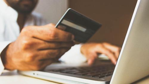 Apesar de reabertura do comércio, faturamento das lojas virtuais segue alta no Brasil