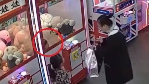 Menina de 4 anos fica presa em máquina de ursos de pelúcia na China