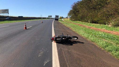 Motociclista fica ferido após colisão com caminhão na Rodovia Anhanguera