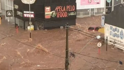 Temporal alaga ruas do Centro de São Carlos e veículos são arrastados pela água