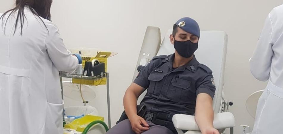 Policiais militares doam sangue para vítimas de acidente em Taguaí