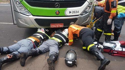 Motociclista fica ferido após parar debaixo de ônibus em acidente na zona Norte de Ribeirão Preto
