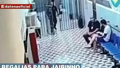 Imagens mostram diretor de prisão entregando sanduíche a Dr. Jairinho
