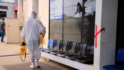 Plataformas de ônibus são desinfectadas pelo Exército em Ribeirão