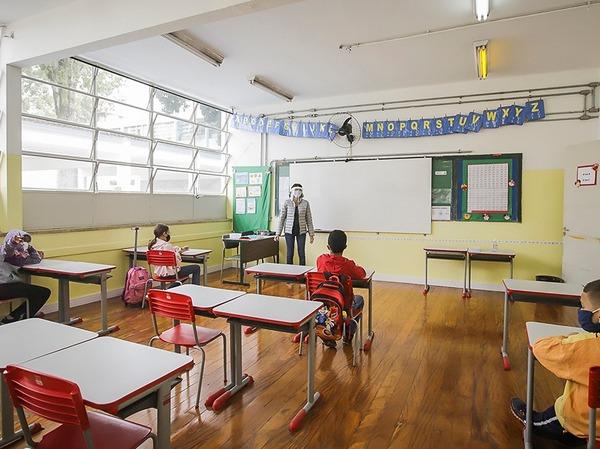 """""""60% das escolas estaduais devem voltar com 100% da capacidade a partir agosto"""", diz secretário da Educação de SP"""