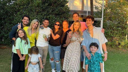 Leonardo completa 58 anos e reúne os 6 filhos