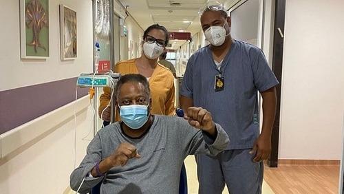 """Pelé festeja melhora com soco no ar: """"Bom humor é o melhor remédio"""""""