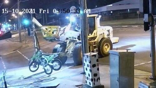 Homem usa trator para roubar loja na Austrália e acaba preso