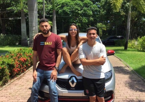 Anitta dá carro a funcionário em confraternização
