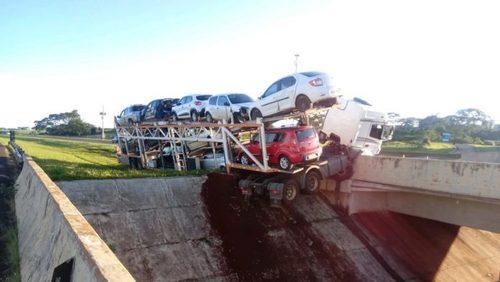 Caminhão perde controle e invade pista contrária na Rodovia Anhanguera