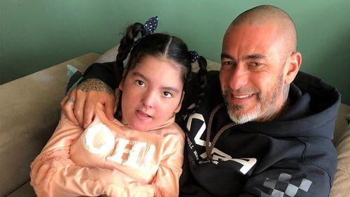 Henrique Fogaça se emociona após filha com epilepsia ficar em pé sozinha