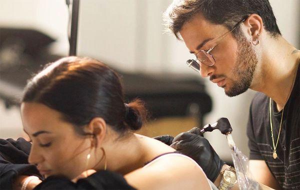 Cantora Demi Lovato revela significado de sua nova tatuagem de anjo