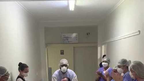 Paciente é aplaudido por equipe médica ao ter alta em hospital de Ribeirão Preto