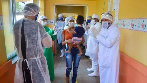 Sob aplausos, bebê de 1 ano com coronavírus recebe alta de hospital no AM