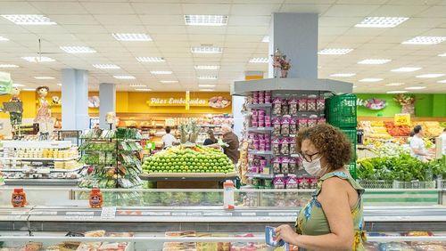Devo usar luvas ao ir no supermercado? Infectologista responde