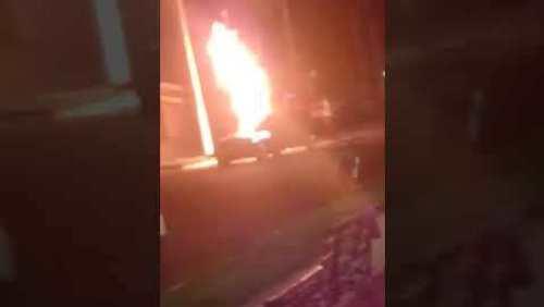 Pedestre é atingida por chamas após colisão entre carro e moto em Cruz das Posses; confira o vídeo