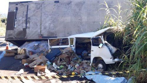Duas pessoas morrem em acidente envolvendo três veículos em Cajuru