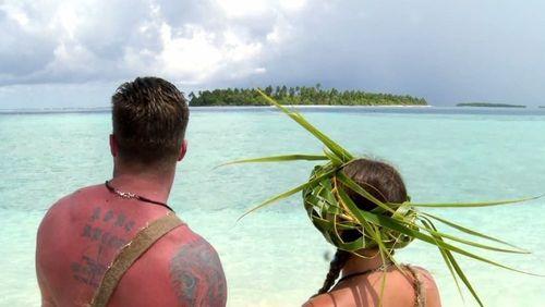 """""""Largados e Pelados"""": ex-fuzileiro naval e surfista vão à praia nas Maldivas"""