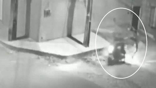 Ladrão rouba moto com voadora em casal no Ceará; veja as imagens